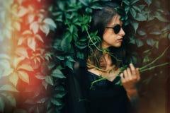 E Retrato da mulher fresca elegante nos ?culos de sol pretos que relaxam imagens de stock