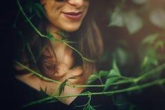 E Retrato da mulher fresca elegante que relaxa no parque, close up da cara fotografia de stock