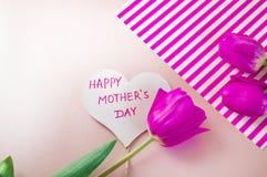 E Rode tulpen op roze achtergrond stock fotografie