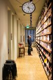 E 5 2019: Sal Beyoglu Art Center, hombres que intentan escoger un libro Soporte y mirada para arriba a en alguna parte fotografía de archivo