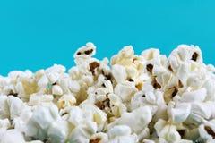 E Salzen Sie geschmackvollen Popcornfarbhintergrund stockbilder