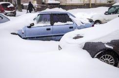 E Samochody na ulicach w snowdrifts fotografia royalty free