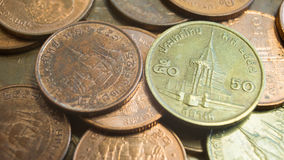 50 e 25 Satang0 tailandesi delle monete, 5 e 0 Baht 25 Fotografie Stock Libere da Diritti