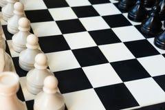 E Schachzahlen an Bord lizenzfreie stockfotografie