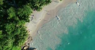 E Schleifungsozeanbeschaffenheit, Draufsichtmeereswellenzeitlupe, fliegend über tropischen sandigen Strand und Wellen, Meer stock footage