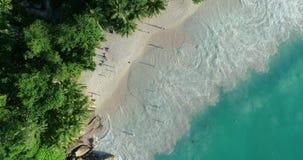 E Schleifungsozeanbeschaffenheit, Draufsichtmeereswellenzeitlupe, fliegend ?ber tropischen sandigen Strand und Wellen, Meer stock footage