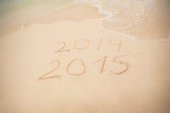 2014 e 2015 scrivono sulla sabbia bianca Fotografia Stock Libera da Diritti