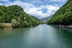 E See umgeben durch Berge lizenzfreie stockfotografie