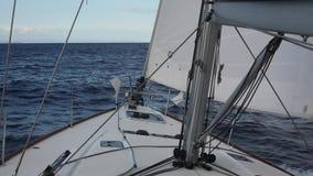 E Segla i vinden till och med vågorna på det Aegean havet i Grekland stock video