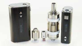 E-sigaret of vaping apparaat op white_8 stock fotografie