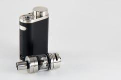 E-sigaretta o dispositivo vaping MOD con il carro armato immagini stock