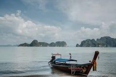 E Sikt från det nationella thailändska Longtail fartyget r aktiverings arkivbild