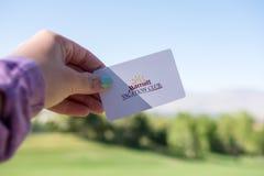 Żeńska ręka trzyma Marriott Urlopowego klubu pokoju kluczową kartę fotografia stock