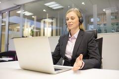 Żeński biznesowy rozmowy centrum telefonicznego operator Obrazy Stock