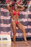 Żeński bodybuilder w abdominals, thigs czerwieni i pozy bikini i Zdjęcie Royalty Free