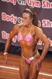 Żeński bodybuilder w frontowym pozy i menchii bikini Obraz Royalty Free