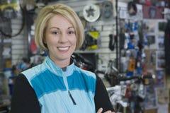 Żeński cyklista W sklepie Obrazy Royalty Free