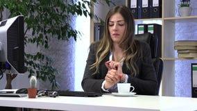 ?e?ski kierownik pije kaw? przy prac? zdjęcie wideo
