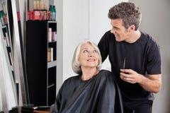 Żeński klient I fryzjer Patrzeje Each Obraz Royalty Free
