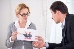 Żeński psychoterapeuta trzyma Rorschach test Zdjęcia Royalty Free