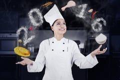 Żeński szefa kuchni kucharstwo Lubi Juggler Zdjęcie Royalty Free