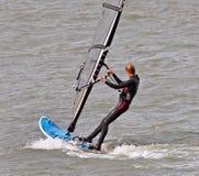 Żeński windsurfer surfboarding Fotografia Stock