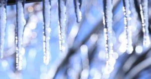 E Smeltende ijskegel met dalende glanzende dalingen over een mooie heldere achtergrond stock videobeelden