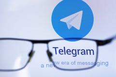 E 26 2019: socialt nätverk 'telegram 'till och med genomskinliga exponeringsglas ledare stock illustrationer