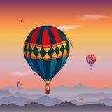 E Sommige verschillend gekleurde gestreepte luchtballons die in de betrokken gelijk makende hemel vliegen Patronen van wolken en stock illustratie