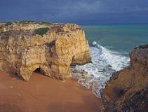 E spiaggia con le scogliere dell'arenaria e un oceano e un cielo blu fotografia stock libera da diritti