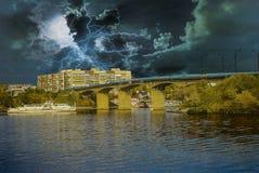 E Stormachtige hemel over de stad stock afbeelding