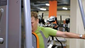 E Sund livsstil figures kondition flera barn f?r sportutbildningskvinna lager videofilmer