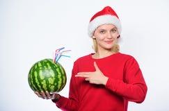E t r Flickan bär vattenmelon för den santa hattdrinken royaltyfria foton