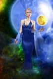 E.T. señora con el planeta de oro imagen de archivo
