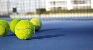 E Tennisbal op de tennisbaan royalty-vrije stock foto