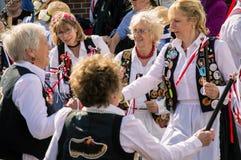 E 4th Maj 2019, Morris för äldre kvinna som dansare utanför dansar på Upton Folk Festival royaltyfria foton