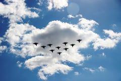 E Tio niv?er i en bl? himmel med moln p? en solig dag fotografering för bildbyråer