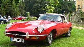 E-tipo coche de Jaguar de deportes inglés clásico del automóvil descubierto metrajes