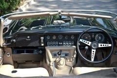 E-Tipo interior do jaguar na parada do carro do vintage Foto de Stock
