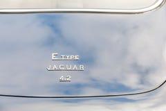 E-tipo reflexões de Jaguar da nuvem fotografia de stock royalty free
