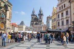 E Toeristen in oude Stad, beroemd muurklok en kunstmeesterwerk 2019 24 april Reisfoto stock afbeelding