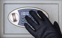E Torchi tipografici manuali nero-gloved i bottoni per una serratura a combinazione Protezione di concetto e fotografia stock