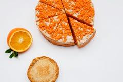 E Torta hecha en casa con las naranjas sangrientas, agrios Visi?n superior imagenes de archivo