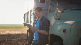 E tractor en el fondo Tecnolog?a moderna del concepto metrajes