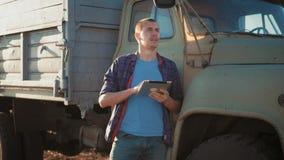 E tractor op de achtergrond Concepten moderne technologie stock videobeelden
