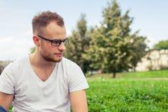 E Trauriger kaukasischer Mann auf sonnigem Sommer Stockfotos