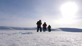 E trzy wysokogórzec turysty podążają each inny w śnieżnej pustyni drużyna ludzie biznesu iść zdjęcie wideo