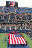 E.U. Marine Corps que unfurling a bandeira americana durante a cerimônia de inauguração do US Open 2014 homens finais Foto de Stock