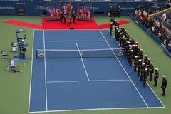 E.U. Marine Corps que unfurling a bandeira americana durante a cerimônia de inauguração do US Open 2014 homens finais Fotografia de Stock