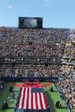 E.U. Marine Corps que unfurling a bandeira americana durante a cerimônia de inauguração do US Open 2014 mulheres finais Imagens de Stock Royalty Free